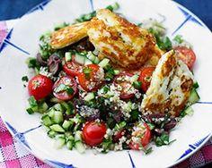 Greek superfood salad with quinoa, halloumi cheese, and black olives Healthy Salad Recipes, Vegetarian Recipes, Cooking Recipes, Veggie Recipes, Lunch Recipes, Summer Recipes, Healthy Foods, Superfoods, Superfood Salad