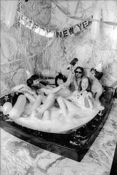 And then the keeping pace with some New Year's bath-time debauchery. Art dealers Louis and Susan Meisel host a New Year's Eve party in their oversize bathtub, New York, Dec. Studio 54, New York, Happy New Years Eve, New Year's Eve Celebrations, A Little Party, Super Party, Time Photo, Nouvel An, Dance The Night Away