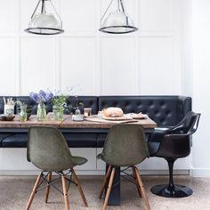 """La table a été faite sur mesure avec le bois d'une vieille grange en France. Chaises """"DSW"""" de Charles et Ray Eames (Vitra) et """"Womb chair"""" de Eero Saarinen (Knoll), suspensions Trainspotters."""