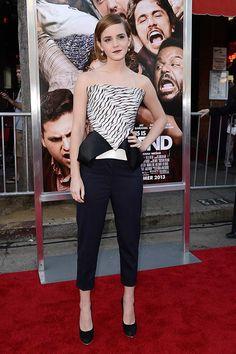Emma Watson posó en el photocall de su último filme, This is the End, con un bustier blanco y negro con peplum de la colección de otoño 2013 de Roland Mouret. Para acompañar la prenda protagonista de su look, eligió unos pantalones negros de 3.1 Phillip Lim y unos salones de Salvatore Ferragamo.