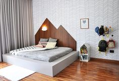 Esse é o quartinho do Raul, filho da mamys Flávia Zanetti e irmão do baby Fabrício. A @isabelafigueiro elaborou essa decoração linda, com papel de parede, cabeceira de madeira, lençol CRUZ PRETA da Mooui e móveis da @cadodesignoficial.  Siga AMOMOOUI no Pinterest para conferir todas as fotos desse quarto! ✨ www.MOOUI.com.br