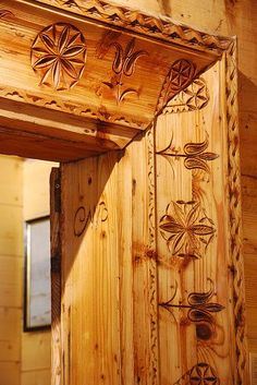 Proiecte de case in stil traditional polonez traditional polish houses 8 Wood Door Frame, Wood Doors, Norway House, Dremel Wood Carving, Wooden Architecture, Chip Carving, Got Wood, Arte Popular, Flower Of Life