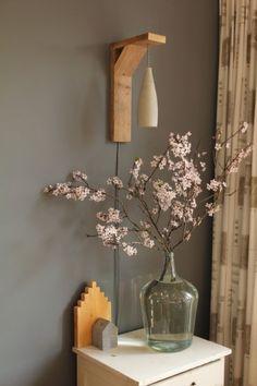 Stijlvolle cementlamp (lamp van cement) met fijne structuur aan wandhouder van steigerhout met textielsnoer (strijkijzersnoer). #bloesem