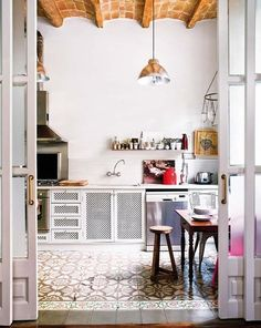 A MASCULINE AND FEMININE MIX IN BARCELONA Warm and cool, industrial and delicate, and soft and hard all combine in this historic townhouse with an enviable courtyard.