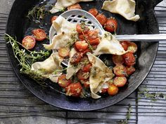 Kartoffel-Ravioli - mit gedünsteten Tomaten - smarter - Kalorien: 675 Kcal - Zeit: 1 Std. 15 Min. | eatsmarter.de Das sieht so köstlich aus, oder?