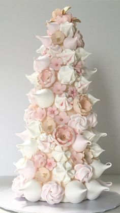 Wedding Inspirations Great Idea 7 Sweet Cake Ideas That Can Be an Alternative To Your Wedding Cake W Meringue Pavlova, Meringue Cake, Wedding Cake Display, Cake Wedding, Alternative Wedding Cakes, Meringue Cookie Recipe, Macaron Tower, Wedding Cake Inspiration, Wedding Ideas