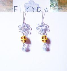 Zarcillos con flores de aluminio torneado y calaveras amarillas.  http://www.facebook.com/flor.indumentaria