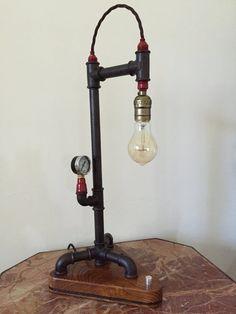Lampada stile Steampunk creata con tubi e raccordi di ghisa, con lampadine edison e manometro, base in legno di rovere, lucidata a gommalacca e
