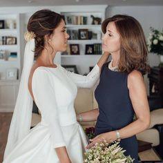 La madre de la novia Wedding Styles, Wedding Photos, Wedding Dresses Plus Size, Mother Of The Bride, Marie, Dream Wedding, Cold Shoulder Dress, White Dress, Wedding Photography