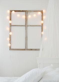 窓枠のフレームにコットンボールを掛けてかわいらしく。暖かな灯りに癒されます♡