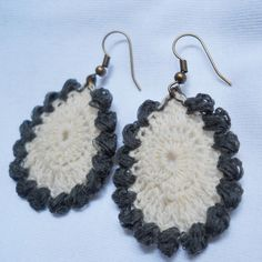 An elegant earring (crochet pattern is free) that is bordered by bead-like puffs!