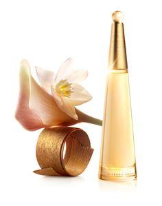 Ароматът на L'Eau D'Issey Absolue парфюм за жени от Issey Miyake е лансиран през 2013 година и е класифициран като ориенталско-плодово ухание. Уханните нотки включват връхни нотки на фрезия, лотус. Сърдечните нотки очароват сетивата с уханието на мед, цъфтящ през нощта кактус, тубероза. Базовите нотки са богати на ванилия, дървесни нотки. Ароматната композиция на L'Eau D'Issey Absolue е дело на Оливие Кресп (Olivier Cresp). Флаконът следва дизайна на Фабиен Барон (Fabien Baron).