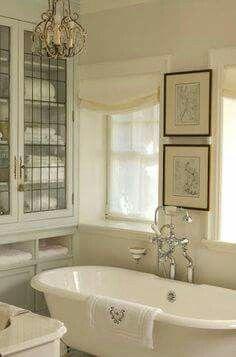 Badkamer in brocante stijl met bad op pootjes