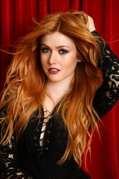 Check out redhead hottie Katherine McNamara playing on her lawn - Hollywood Gossip Katherine Mcnamara, Beautiful Red Hair, Gorgeous Redhead, Beautiful Women, Red Hair Woman, Redhead Girl, Strawberry Blonde, Tips Belleza, Blonde Color