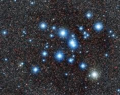 Diamantes en la cola del escorpión: En esta nueva imagen obtenida desde el Observatorio de La Silla, en Chile, se puede ver el brillante cúmulo Messier 7, un conglomerado de estrellas nacidas casi en el mismo lugar y al mismo tiempo a partir de una única nube cósmica de gas y polvo. Fácilmente visible en esta imagen en contraste con los cientos de estrellas más débiles situadas tras él, Messier 7 se localiza en la cola de la constelación de Escorpio.