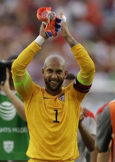 @TimHowardGK EXCLUSIVE: The @U.S. Soccer & @Everton Fraga keeper chats about all things #WorldCup - http://fifa.to/1mwCnqQ pic.twitter.com/3ECjJDPetg