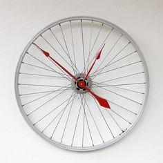 Um relógio com rodas de bicicleta