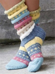 Norwegian knitting idea for pretty socks Tutti Frutti sokken. Norwegian knitting idea for pretty socks - Knitting 2019 trend Crochet Socks, Knitting Socks, Hand Knitting, Knit Crochet, Knitting Patterns, Crochet Patterns, Knitted Gloves, Vogue Knitting, Knitted Bags