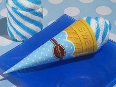 Asciugamano- Cono Gelato Azzurro Gli esclusivi dolci-asciugamano possono essere usati in ogni occasione. La salvietta in cotone è avvolta in un cono di carta azzurro e bianco a pois. - NASCITA E BATTESIMO, Bomboniere Singole, Segnaposto e Cornici -   Un regalo originale a forma di cono gelato azzurro.       Gli   esclusivi dolci-asciugamano possono   essere usati in ogni occasione. La salvietta in cotone è avvolta in un cono di carta   azzurro e bianco a pois.      Confezionati   in un…