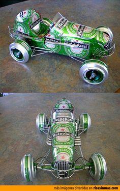 Coche hecho con latas de cerveza Heineken.