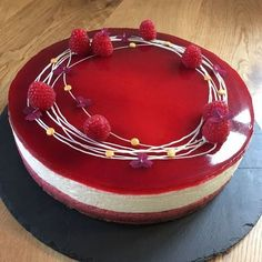 Denne cheesecake med hindbærcurd, kan serveres både til en hyggelig kaffekomsammen eller som en dejlig dessert med friske hindbær.