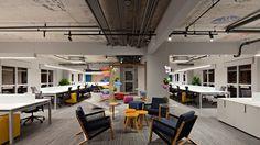 Traveland escritório corporativo reunião informal colaborativa laje aparente