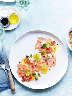 Carpaccio van tomaat met parmezaancrème - Lilly is Love Gourmet Recipes, Vegetarian Recipes, Cooking Recipes, Healthy Recipes, Gourmet Desserts, Plated Desserts, Food Plating Techniques, Food Design, Design Design