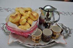 Fotos: daquidepitangui.blogspot.com   Ingredientes:  1 kilo de polvilho doce  6 ovos  ½ queijo curado ralado  250 gramas de manteiga ...