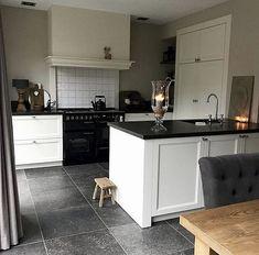 Trendy home decoration white farmhouse decor Kitchen Themes, Kitchen Layout, Kitchen Decor, Kitchen Design, Cottage Kitchens, Home Kitchens, Updated Kitchen, New Kitchen, Wood Floor Pattern