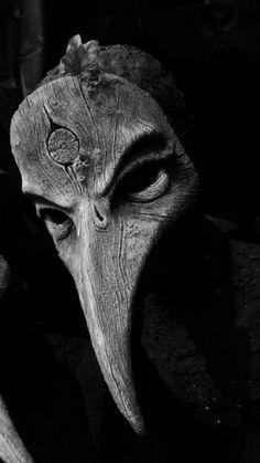 Máscara de la Plaga, utilizada por médicos para tratar a pacientes de la Peste Negra desde el siglo XIV. Eran normalmente médicos no titulados contratados por el pueblo. En el pico de la máscara se colocaban hierbas aromáticas para combatir el ambiente podrido de la Peste