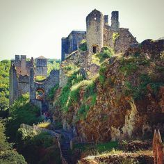 Et soudain, dans un méandre de la Maronne, se dresse un fier castrum sur son éperon rocheux... voilà les Tours de Merle, ces maisons fortes des XIIe et XVe siècles, qui en leur temps gardaient farouchement le vallon.  #correze #zecorreze #aquitaine #nouvelleaquitaine #NelleAquitaine_focus_on #LovAquitaine #jaimelafrance #super_france #travelanddestinations #MerveillesdeFrance #tourismeoccitanie #hello_france #living_europe #loves_france_  #unlimitedfrance #nature #village #chateau…