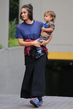 Exclusive… Shannyn Sossamon And Her Son Leaving Their Hotel Celebrity Moms, Celebrity Pictures, Shannyn Sossamon, Female Stars, Grunge Hair, Latest Pics, Hairstyles With Bangs, Mom Style, Fall Outfits