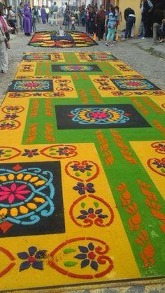 Alfombra para procesión de San Bartolo. Colorida de aserrín - Antigua Guatemala en Sacatepéquez