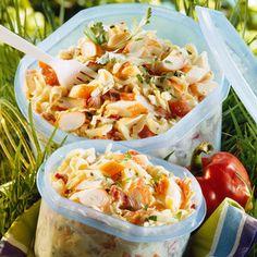 Salade de pates au surimi        1 Cuire les pates  2 Egouttez-les et rafraîchissez-les sous l'eau froide. 3 Ciselez finement le persil. 4 Découpez le surimi en gros tronçons bisautés (pour l'esthétique). 5 Avec une parie de ciseaux, coupez les tomates séchées en petits dés. 6 Réunissez les pâtes, les câpres, le surimi et les tomates séchées dans un saladier, et ajoute