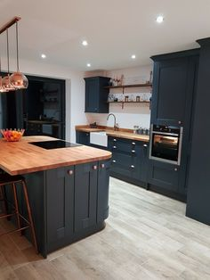 5 Kitchen Renovation Hacks to Apply # Design Are you bored seeing the same kitchen decor every day? Try these 5 simple kitchen renovation hacks for a more functional and comfortable kitchen. Home Decor Kitchen, Interior Design Kitchen, New Kitchen, Home Kitchens, Kitchen Ideas, Awesome Kitchen, Kitchen Tile, Home Renovation, Home Remodeling