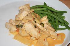 Thai-kycklinggryta med röd curry och grönsaker!