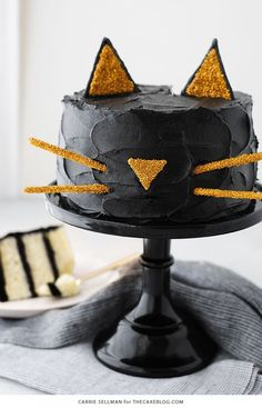 Spooky Halloween Desserts are something which we all LOVE. And, these wickedly gorgeous Halloween Cakes are something which will make our party worthwhile. Halloween Desserts, Halloween Cupcakes, Haloween Cakes, Spooky Halloween Cakes, Postres Halloween, Dulces Halloween, Halloween Food For Party, Holidays Halloween, Easy Halloween