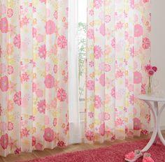 遊び心いっぱいのカラフルなお花柄のカーテン