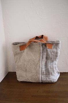 Linen Bag # inspiration for a sewing project # très beau sac Sacs Tote Bags, Tote Purse, Reusable Tote Bags, Linen Bag, Fabric Bags, Big Bags, Handmade Bags, Beautiful Bags, Bag Making