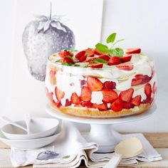 Hinter Glas präsentiert sich die geballte Ladung Erdbeeren als Gesamtkunstwerk: geschichtet zwischen Wiener Böden und schaumiger Vanillecreme, beides mit...