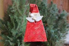 Weihnachtsmann-Anhänger. Fädel ein Bändchen durch die Mütze und du kannst ihn drinnen oder auch draußen aufhängen. Größe 12 cm x 7 cm Material: Keramik in liebevoller Handarbeit...