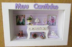 Este cenário eu criei exclusivamente para minha cliente e amiga Juliana (Sertãozinho - SP) <br> <br>Quadro em mdf , com vidro frontal , pintado na cor branca, revestido com papel ,cômoda de madeira, acessórios em resina, foto original dos cachorrinhos de estimação, almofadas de algodão , feito à mão, e miniaturas de cachorros em resina. <br> <br>OBS.: AO FAZER O PEDIDO É NECESSÁRIO ENVIAR POR E-MAIL A FOTO DO SEU ANIMAL DE ESTIMAÇÃO. <br> <br>Faço personalizado de acordo com o seu gosto e…