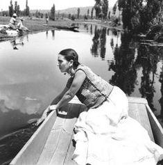 Frida Kahlo en Xochimilco, 1935. Foto: Fritz Henle.