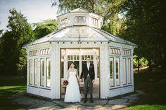 Bröllop i Botaniska Göteborg - porträtt på brudparet vid lusthuset