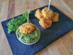 Ces falafels de lentilles corail, avec leur sauce concombre-coriandre seront parfaites à picorer à l'apéro entre amis ou en famille !
