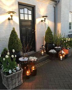 Deco Frühling Haus Eingang # einschließlich # Fruhling - Best Home Decors House Front Door, House Entrance, Front Porch, Design Jardin, Garden Design, Modern Farmhouse Porch, Farmhouse Decor, Black Front Doors, Black Door