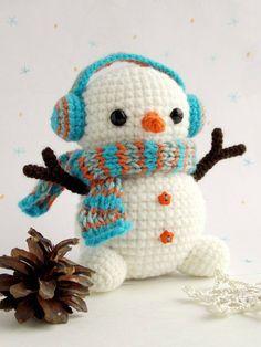Crochet Amigurumi Ideas Christmas crochet - Free crochet snowman pattern - Here's a free snowman amigurumi pattern, with earmuffs! Get the free pattern from Amigurumi Today. Crochet Snowman, Christmas Crochet Patterns, Crochet Christmas Ornaments, Holiday Crochet, Christmas Tree, Crochet Gratis, Crochet Patterns Amigurumi, Cute Crochet, Crochet Dolls