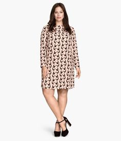 Straight-cut, knee-length dress in woven fabric with long sleeves. Keyhole opening at back of neck with button. Unlined.