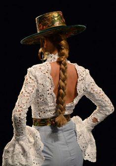That detail 😍 Flamenco Costume, Flamenco Dancers, Flamenco Dresses, Spanish Dress, Spanish Style, Spanish Fashion, Hats For Women, Women Hat, Editorial Fashion
