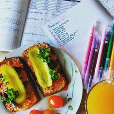 Bullet Journal, zdrowe wege śniadanie i planowanie pracy. Hot Dogs, Ethnic Recipes, Food, Essen, Yemek, Meals